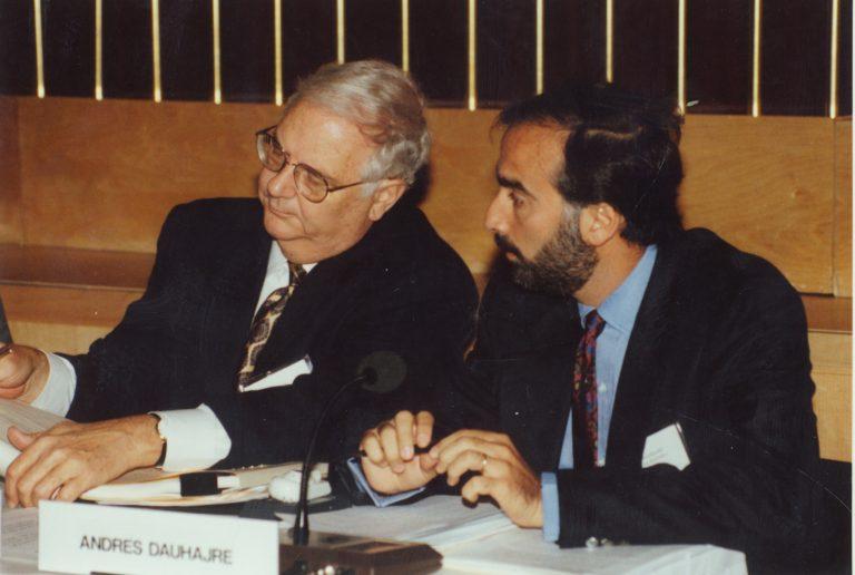 Angus Deaton, profesor de Universidad de Princeton, y Andrés Dauhajre hijo, Director Ejecutivo de la Fundación Economía y Desarrollo, Inc., en Conferencia sobre Estimaciones de Pobreza, organizada por el Banco Mundial, 1991. Deaton recibió el Premio Nobel de Economía en el 2015.