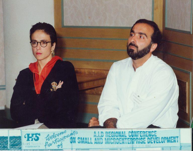 Elizabeth Riley de Dauhajre y Andrés Dauhajre hijo, en Conferencia Regional de la USAID sobre Desarrollo de Micro y Pequeñas Empresas, en Yogyakarta, Indonesia, 9-11 de marzo de 1992.