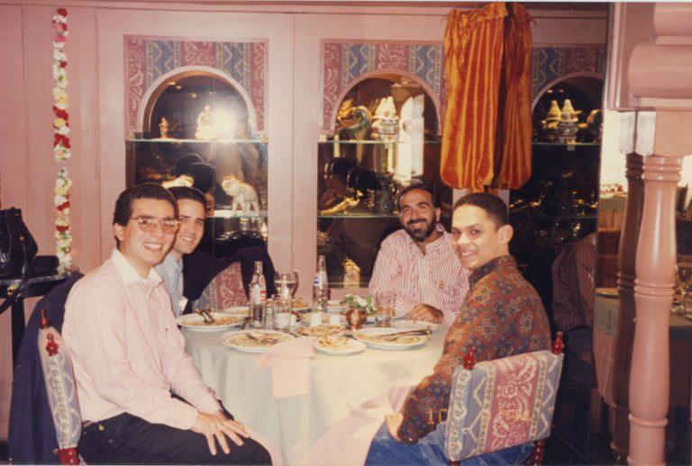 Francis Argomaniz, Héctor Salcedo Llibre y Edmundo Rivera, los tres primeros estudiantes dominicanos enviados por la Fundación Economía y Desarrollo, Inc. a realizar estudios de maestría en economía a la PUCC, junto a Andrés Dauhajre hijo, Santiago de Chile, 10 de agosto de 1994.