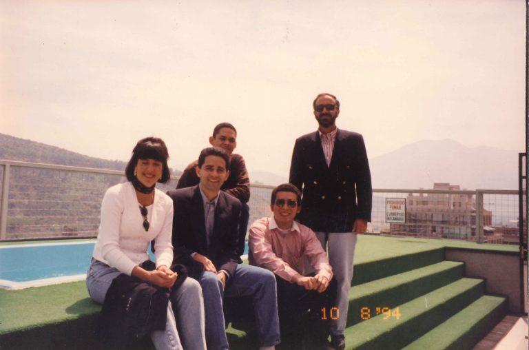 Elizabeth Riley de Dauhajre y Andrés Dauhajre hijo con Héctor Salcedo Llibre, Edmundo Rivera y Francis Argomaniz, el primer grupo de estudiantes dominicanos enviados por la Fundación Economía y Desarrollo, Inc. a realizar estudios de maestría en economía a la Pontificia Universidad Católica de Chile, en Santiago de Chile, 10 de agosto de 1994.