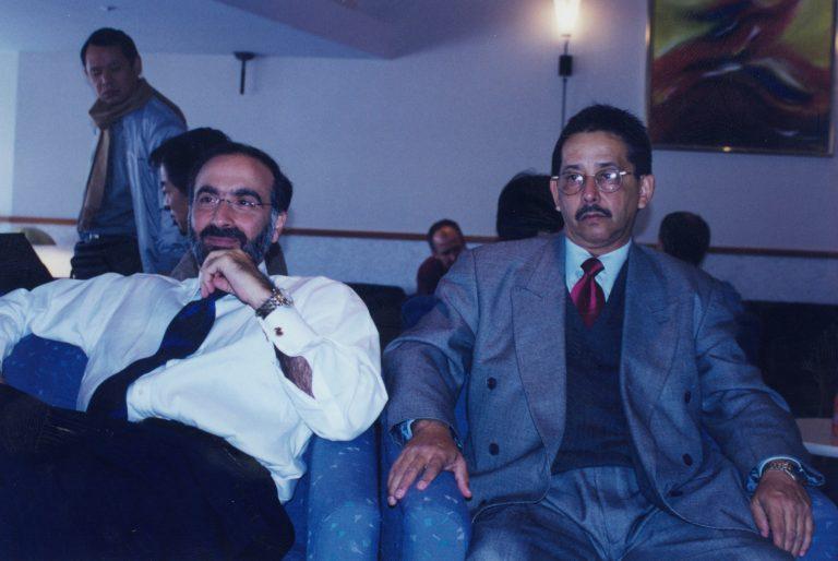 Andrés Dauhajre hijo, Director Ejecutivo de la Fundación Economía y Desarrollo, Inc., y Huchi Lora, durante el viaje a Tailandia, Singapur y Japón acompañando al Presidente Leonel Fernández, 1998.