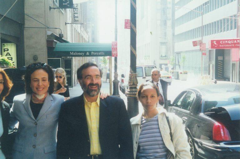 Rita Mena Peguero, Elizabeth Riley de Dauhajre, Andrés Dauhajre hijo y Jaqueline Mora, durante las reuniones de Organización de la Emisión Inaugural de Bonos Globales de RD en New York realizadas el 17 de mayo del 2001, con JPMorgan, Morgan Stanley, Cleary Gottlieb Steen & Hamilton y Simpson Thacher & Bartlett, finalmente colocados el 20 de septiembre del 2001 (US$500 millones).