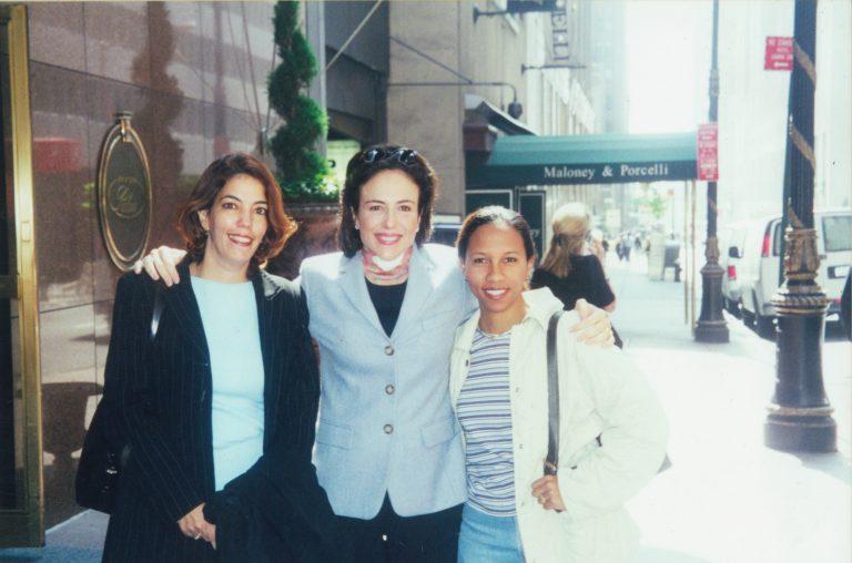 Rita Mena Peguero, Elizabeth Riley de Dauhajre y Jaqueline Mora, durante las reuniones de Organización de la Emisión Inaugural de Bonos Globales de RD en New York realizadas el 17 de mayo del 2001, con JPMorgan, Morgan Stanley, Cleary Gottlieb Steen & Hamilton y Simpson Thacher & Barlett, finalmente colocados el 20 de septiembre del 2001 (US$500 millones).