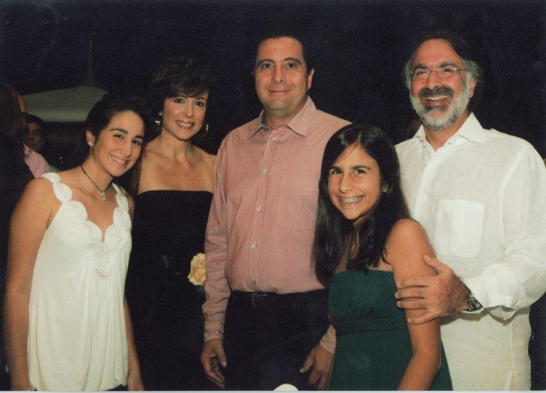 Andrea Dauhajre, Elizabeth Riley de Dauhajre, el ex presidente de Panamá, Martin Torrijos, Camila Dauhajre y Andrés Dauhajre hijo, Director Ejecutivo de la Fundación Economía y Desarrollo, Inc., diciembre, 2006.