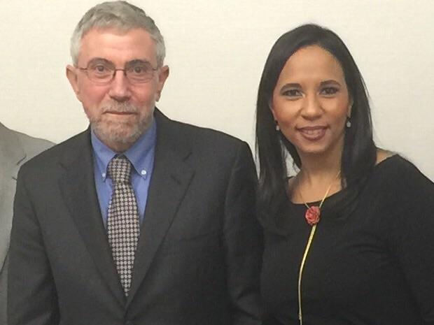 Paul Krugman, Premio Nobel de Economía del 2008, y Jaqueline Mora, productora de Trialogo, durante la visita de Krugman a República Dominicana, invitado por el HUB de la Camara de Comercio de Santo Domingo, 15 de octubre del 2015.