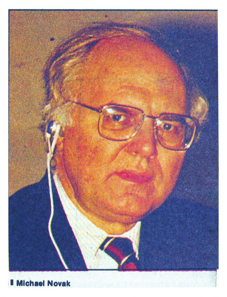 """El teólogo norteamericano Michael Novak respondiendo preguntas del público luego de su conferencia sobre: """"Cómo Explicar la Pobreza de América Latina"""". Santo Domingo, 9 de marzo de 1989."""
